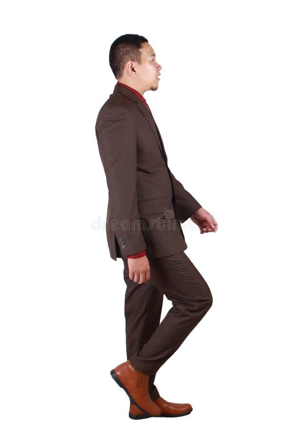 Полный портрет азиатского бизнесмена идя, профиль тела взгляда со стороны стоковое изображение