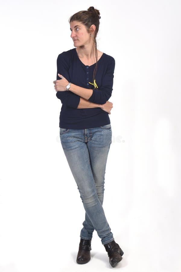 Полный портрет женщины на белизне стоковое фото rf