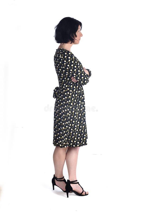 Полный портрет женщины при пересеченные оружия стоковая фотография
