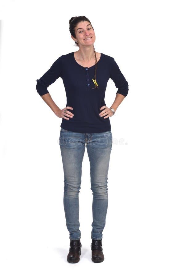 Полный портрет женщины с руками на ее талии изолированной на белизне стоковые изображения rf