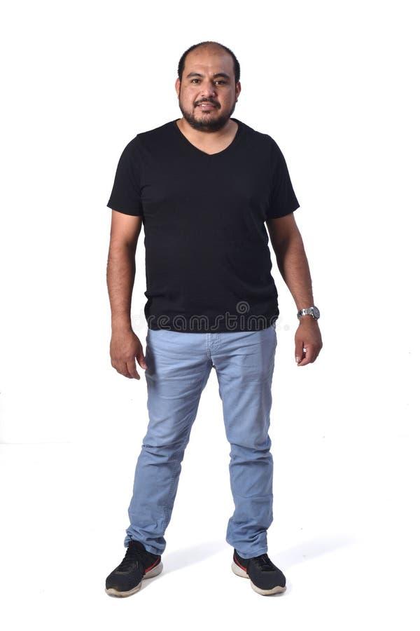 Полный портрет латинского человека на белизне стоковая фотография rf