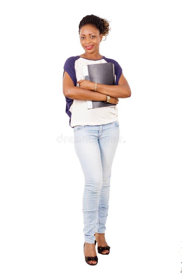 Полный портрет усмехаясь молодой женщины стоя на белом backgroun стоковое фото