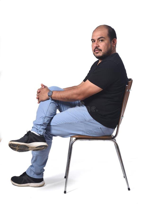Полный портрет южного - американский человек сидя на стуле на белизне стоковая фотография rf