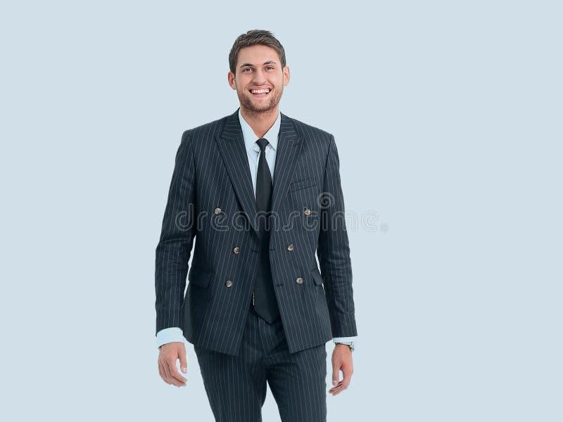 полный рост портрет усмехаясь современного бизнесмена стоковая фотография rf