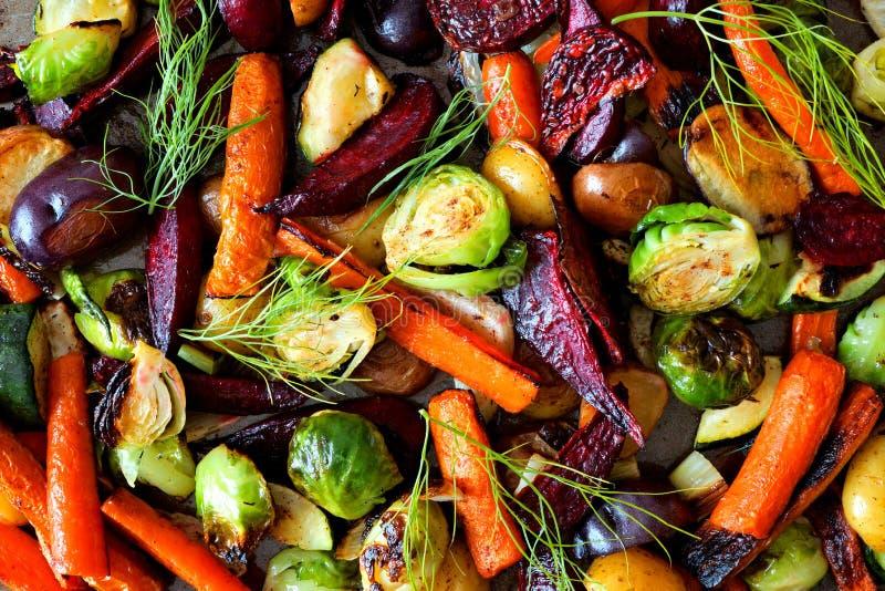 Полный фон зажаренных в духовке овощей осени стоковые изображения