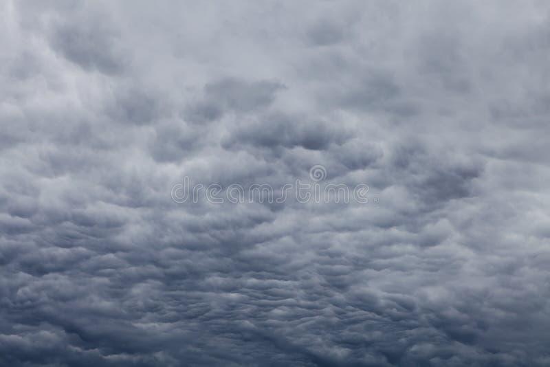 Полный overcast, темные сверхконтрастные облака стоковые фото