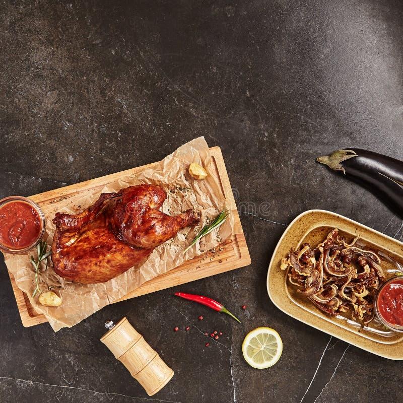 Половина всего горячего копченого цыпленка с грузинским Adjika стоковое фото