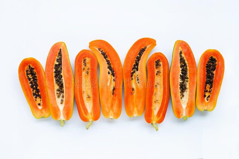 Половина зрелого плода папапайи с семенами изолированными на белизне стоковое фото rf