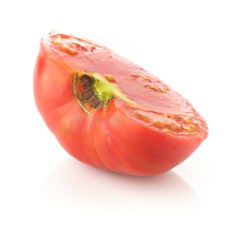 Половинная часть красного томата на изолированный стоковое фото