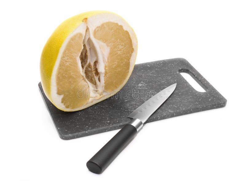 Половинный отрезок помел на доске Нож стоковое изображение rf