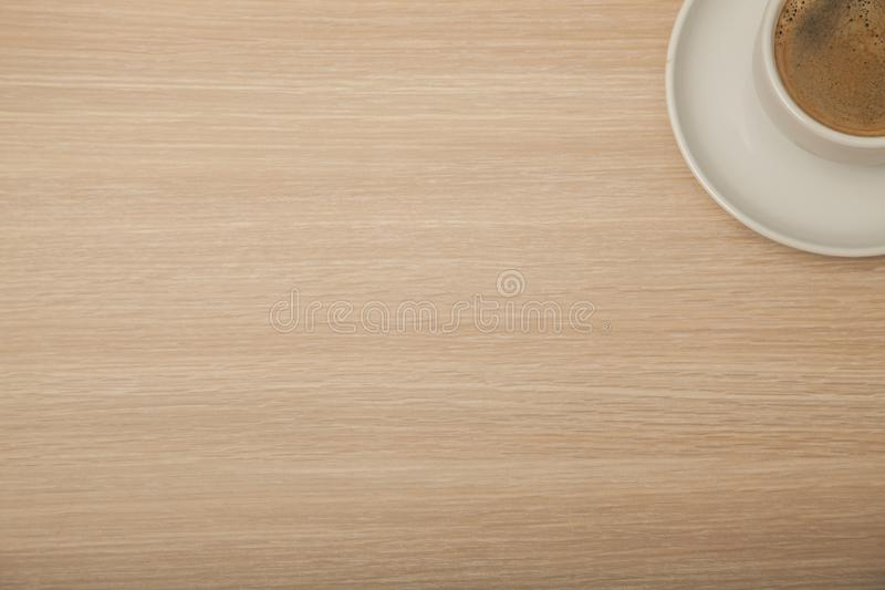 Половинный переворот на столе офиса, взгляд кофе от верхней части стоковая фотография rf