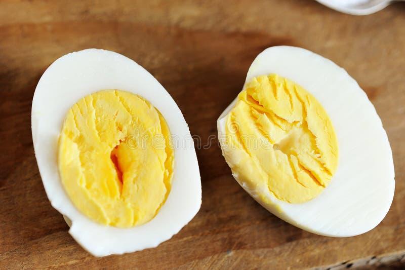 2 половины вареного яйца стоковые фото
