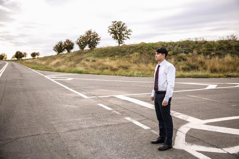 Положение бизнесмена на перекрестках Концепция выбора стоковая фотография rf