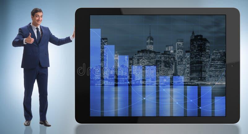 Положение бизнесмена рядом с планшетом в концепции дела стоковые изображения rf