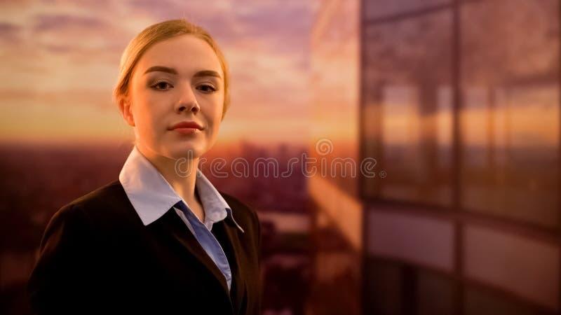 Положение босса дамы на террасе делового центра, уверенной в успехе проекта стоковое фото rf
