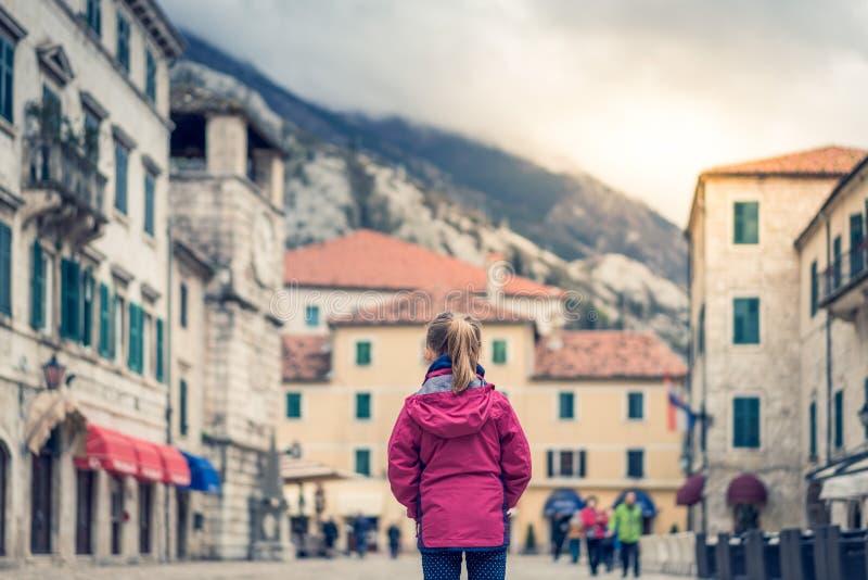 Положение девушки на главной площади городка Kotor старой стоковая фотография rf