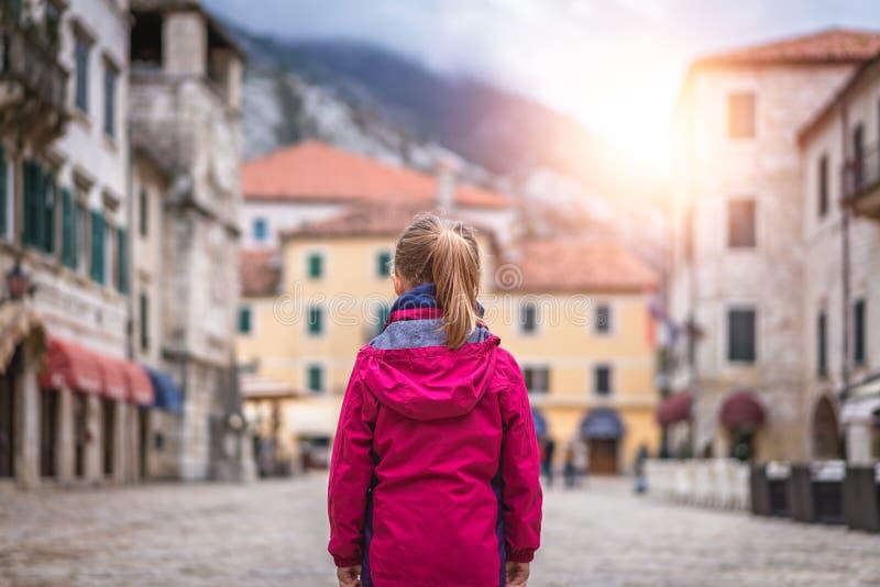 Положение девушки на главной площади городка Kotor старой стоковые изображения rf