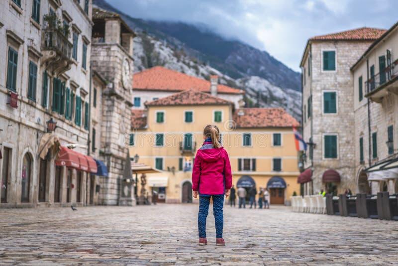 Положение девушки на главной площади городка Kotor старой стоковые фотографии rf