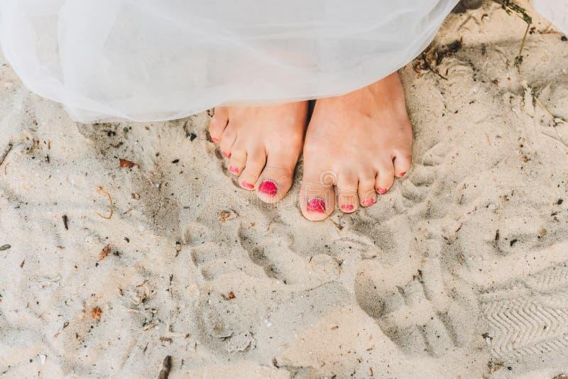 Положение женщины босоногое на пляже стоковое изображение rf