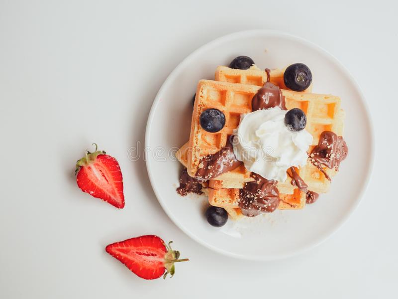 Положение завтрака лета плоское Вафля взгляда сверху вкусная с плодами, шоколадом и взбитой сливк стоковые изображения