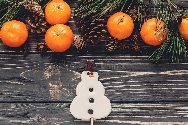 Положение квартиры изображения рождества снеговик конфеты рождества и ветвь ели стоковое фото