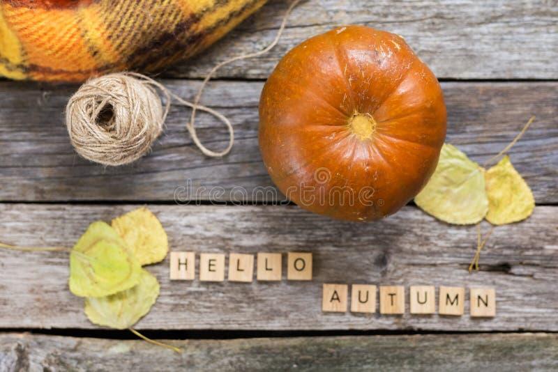Положение квартиры падения осени, взгляд сверху Падение выходит, тыква с осенью надписи здравствуйте! на деревенскую деревянную п стоковые фотографии rf