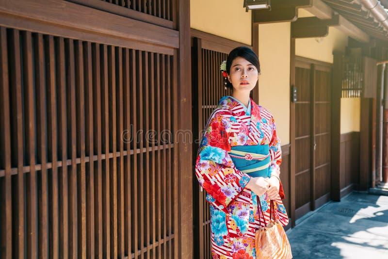 Положение кимоно девушки нося в переднем доме стоковая фотография