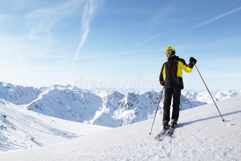 Положение лыжника на наклоне горы стоковые фотографии rf