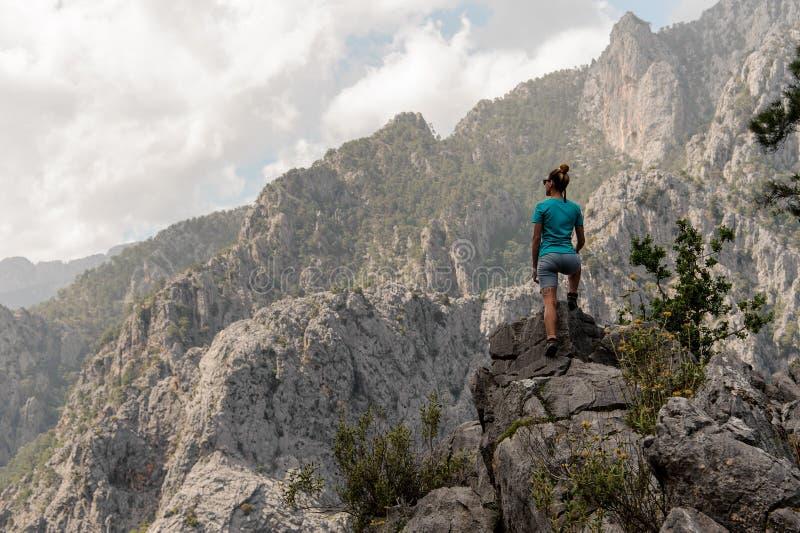 Положение маленькой девочки поверх горы стоковая фотография rf