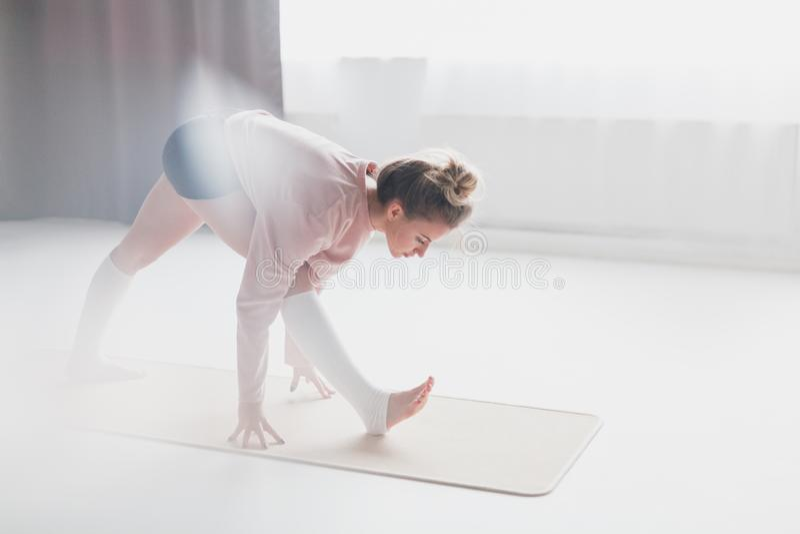 Положение молодой женщины в представлении пирамиды стоковая фотография