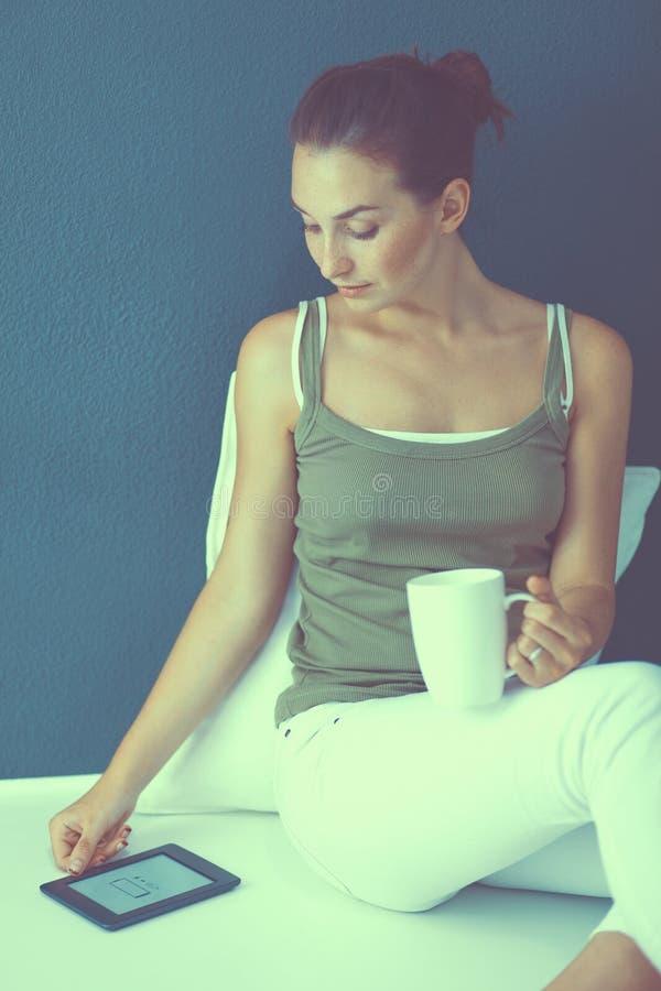 Положение молодой женщины, на белой предпосылке стоковое изображение