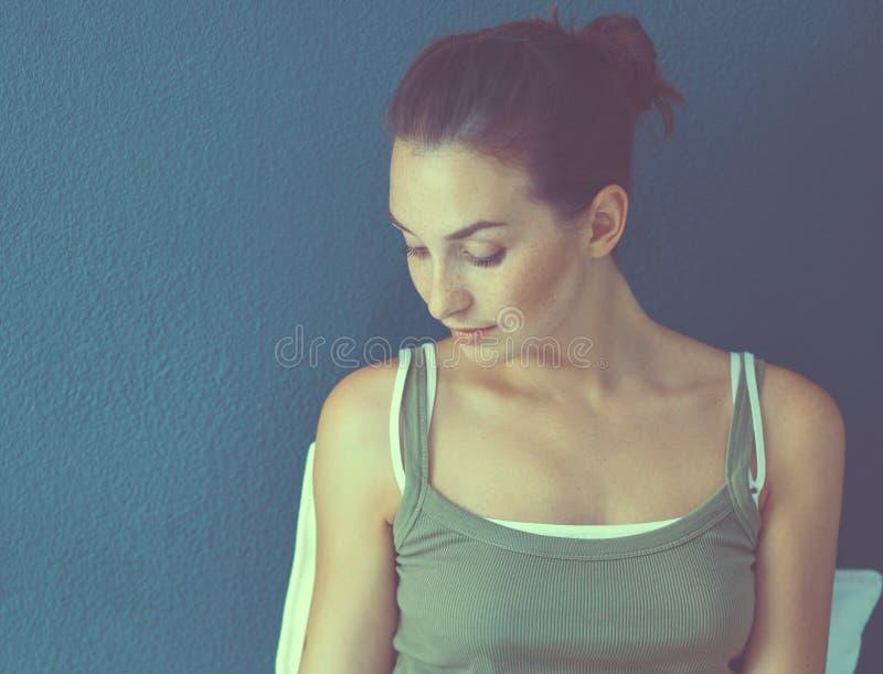 Положение молодой женщины, на белой предпосылке стоковые фото