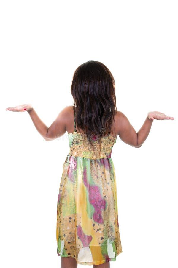 Положение молодой женщины с ее руками поднятыми вверх стоковые фотографии rf