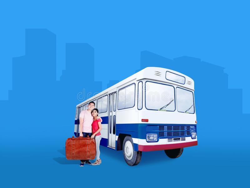 Положение нося сумки чемодана азиатских пар около автобуса стоковые изображения rf