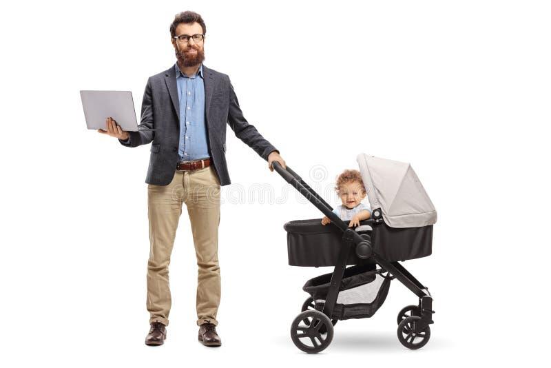 Положение отца с ноутбуком и младенцем в pushchair стоковое изображение rf