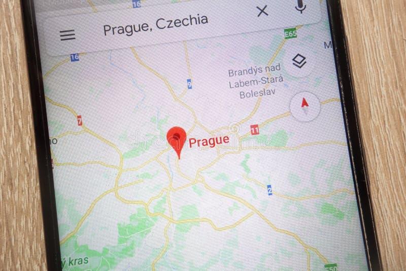 Положение Праги на Google Maps показало на современном смартфоне стоковая фотография