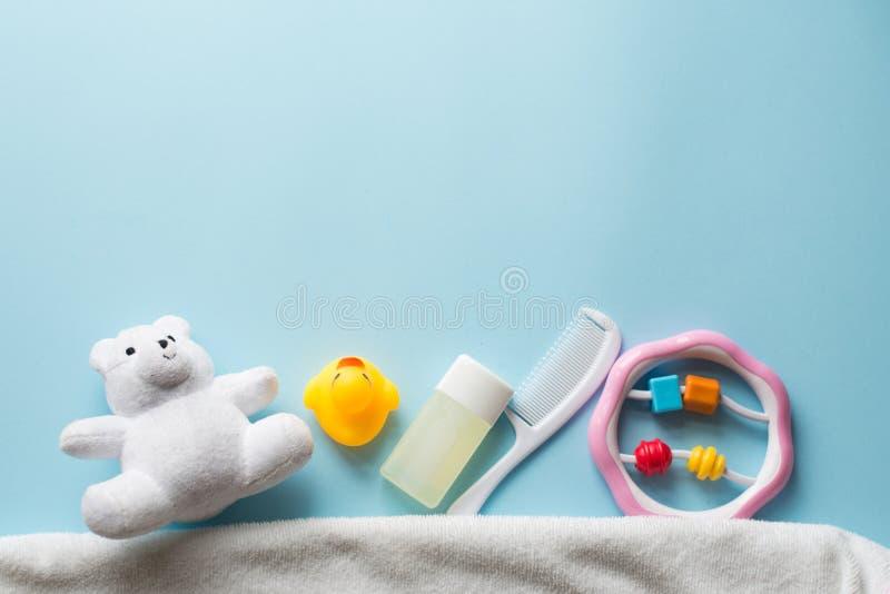 Положение продуктов ванны младенца плоское Набор косметик детей: резиновая утка, полотенце, шампунь, мыло, ножницы, щетка волос и стоковые фотографии rf