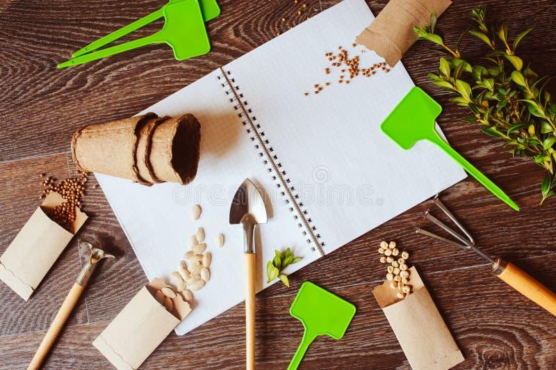 Положение сада весны плоское с семенами в handmade конвертах стоковые фотографии rf