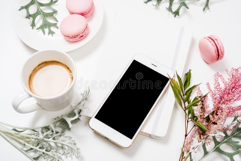 Положение социальных средств массовой информации плоское с кофе, цветками и smartphone стоковые фотографии rf