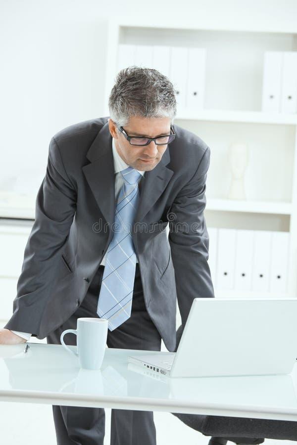 положение стола бизнесмена стоковые изображения
