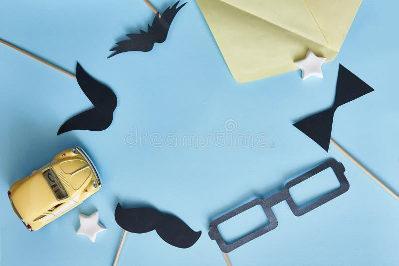 Положение счастливого Дня отца модель-макета плоское Шаблон для усика бумаги черноты поздравительной открытки, стекел и желтого а стоковое изображение rf