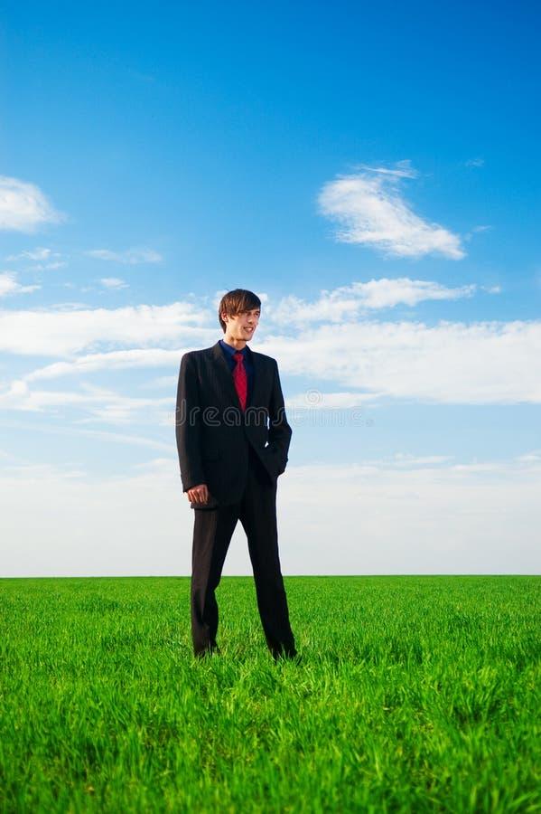 положение травы бизнесмена серьезное стоковые изображения rf