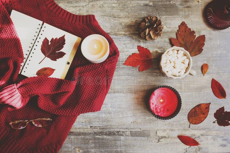 положение уютной осени плоское с красным цветом связало свитер стоковое фото rf
