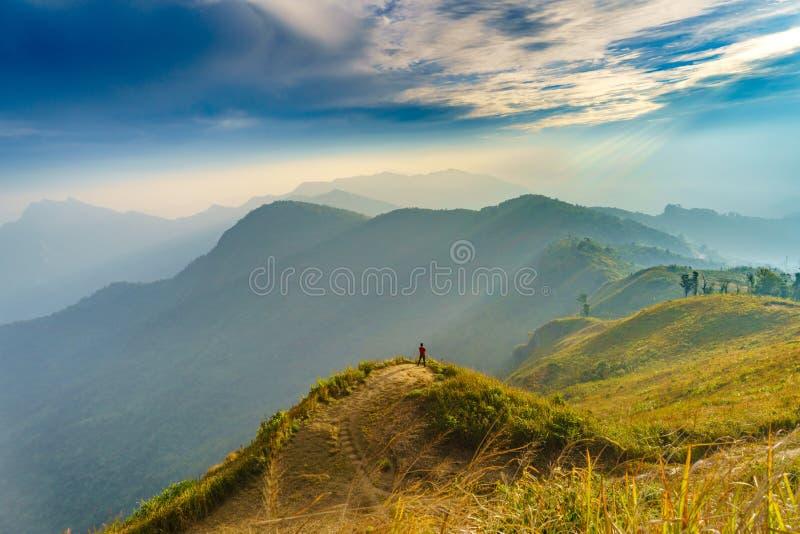 положение человека видит ландшафт взгляда PA леса горы Phucheefah стоковое изображение rf