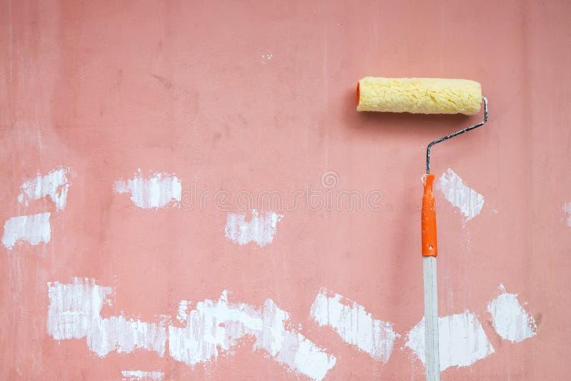 Положение Paintbrush крена на Grunge и пакостная стена подготавливают для Col стоковые фотографии rf