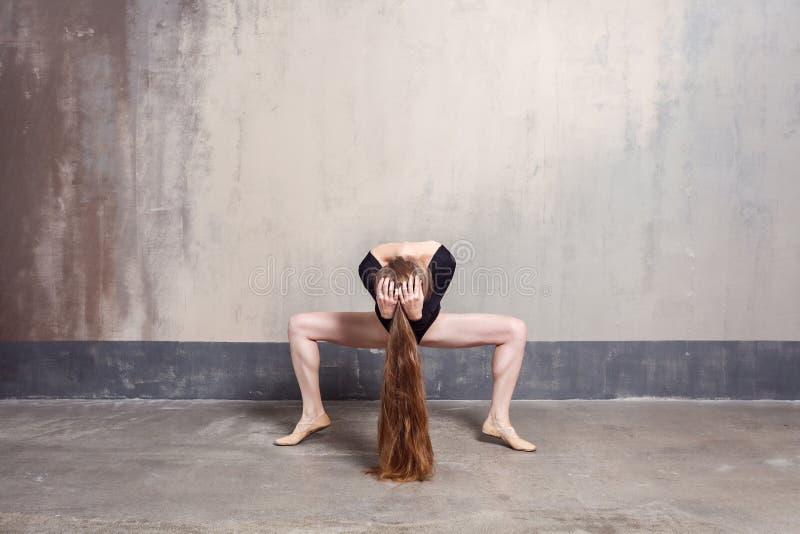 Положение Plie Элегантный женский танцор двигая грациозно стоковые фото