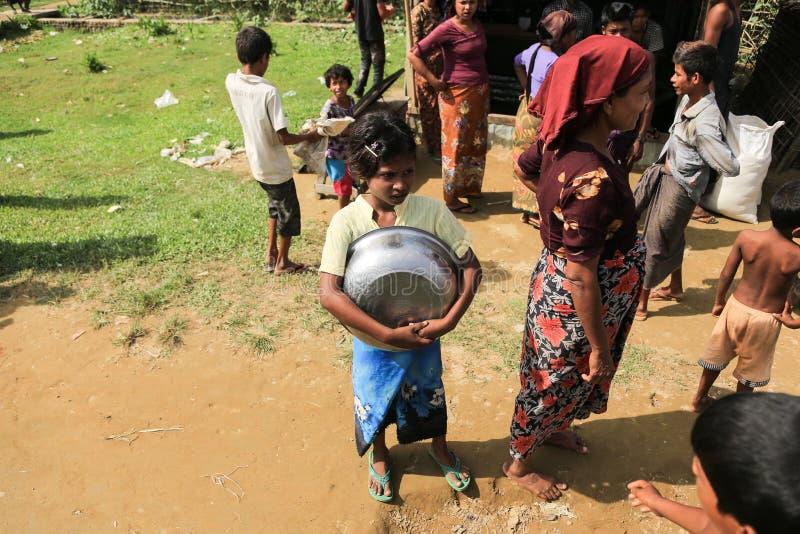 ПОЛОЖЕНИЕ RAKHINE, МЬЯНМА - 5-ОЕ НОЯБРЯ: Сотни мусульман Rohingya страдают строгое недоедание в переполненных лагерях стоковые изображения