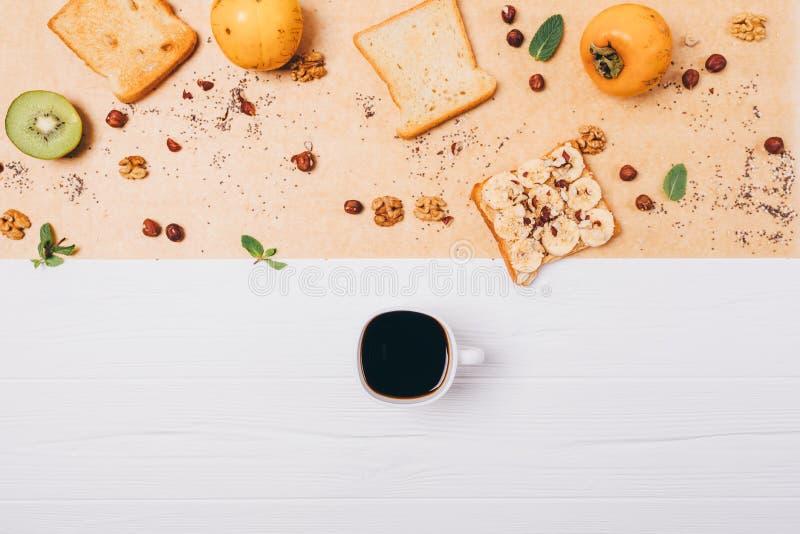 Положенный квартирой здоровый вегетарианский состав завтрака Чашка кофе эспрессо на белом деревянном столе рядом с тостом, плодам стоковые изображения rf