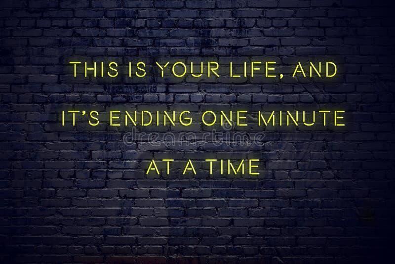 Положительная воодушевляя цитата на неоновой вывеске против кирпичной стены это ваша жизнь и своя законцовка одна минута одноврем стоковые фотографии rf