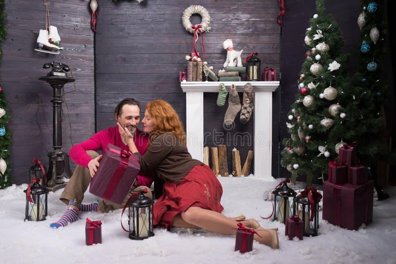 Положительная женщина быть признательный к ее супругу для приятного подарка рождества стоковые фото